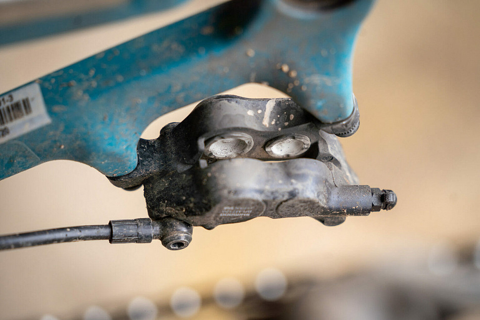 Керамические поршни в тормозах Shimano SLX M7120.